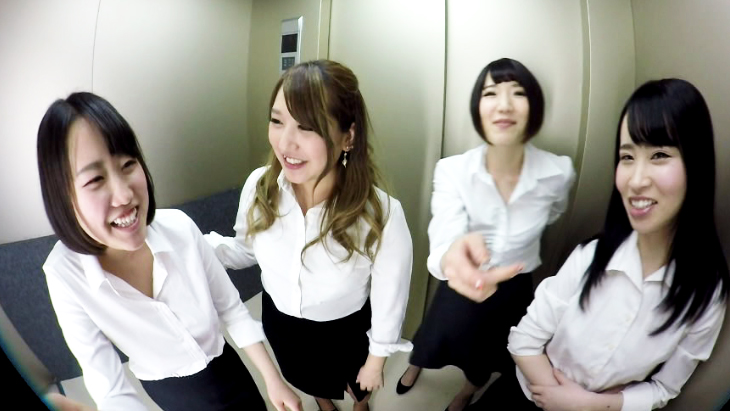 アダルトVR動画:エレベーターに閉じ込められたままOL4人に手コキ