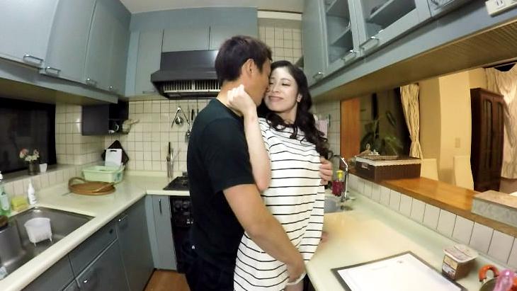 アダルトVR動画:ダメ…夫にバレちゃう。秘密の台所プレイ