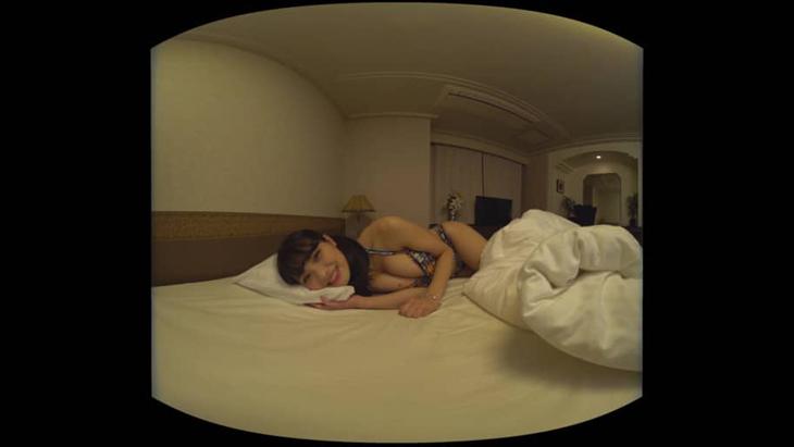片岡沙耶 ホテルで手作り水着を自画撮り:1枚目