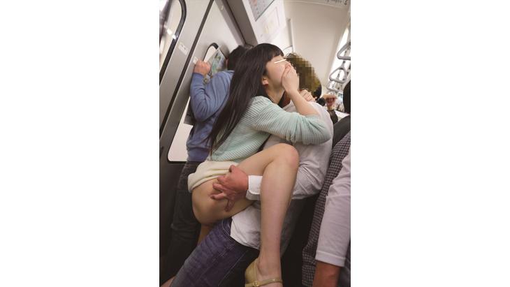 満員電車で痴漢師に潮が出なくなるまで何度もイカされ膝をガクガク震わせながら絶頂する女2 イメージ