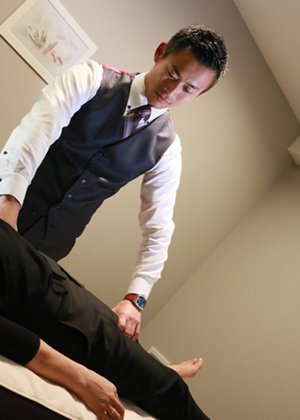 腰痛の人がくびれる法則「脇つまんで、くびれ~る」