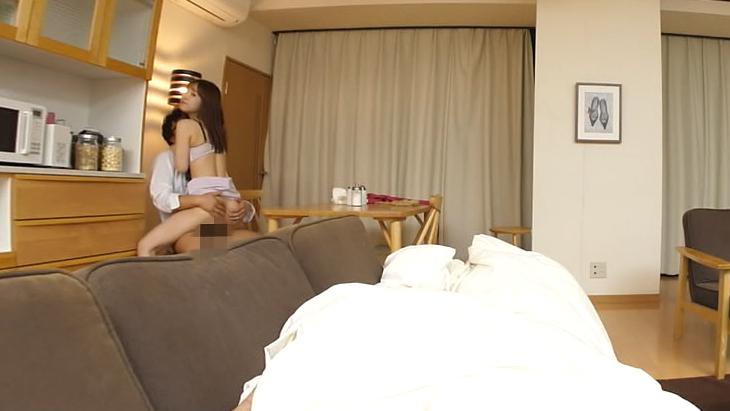 【匠】寝ている旦那の前で僕に生中出しSEXをせがんでくる人妻 篠田ゆう