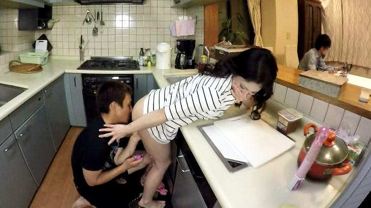ダメ…夫にバレちゃう。秘密の台所プレイ